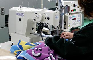 のぼり 縫製作業